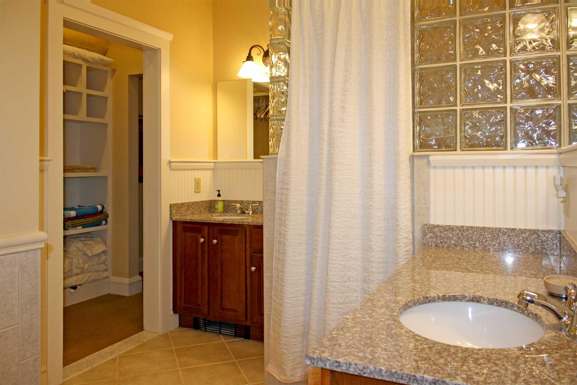 Full Bath w/dual sinks